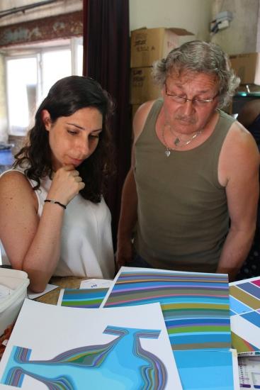 La designer Bina Baitel travaille sur l'échantillonnage des 33 couleurs du tapis ras Confluentia, avec le teinturier Thierry Roger et la lissière Françoise Vernaudon