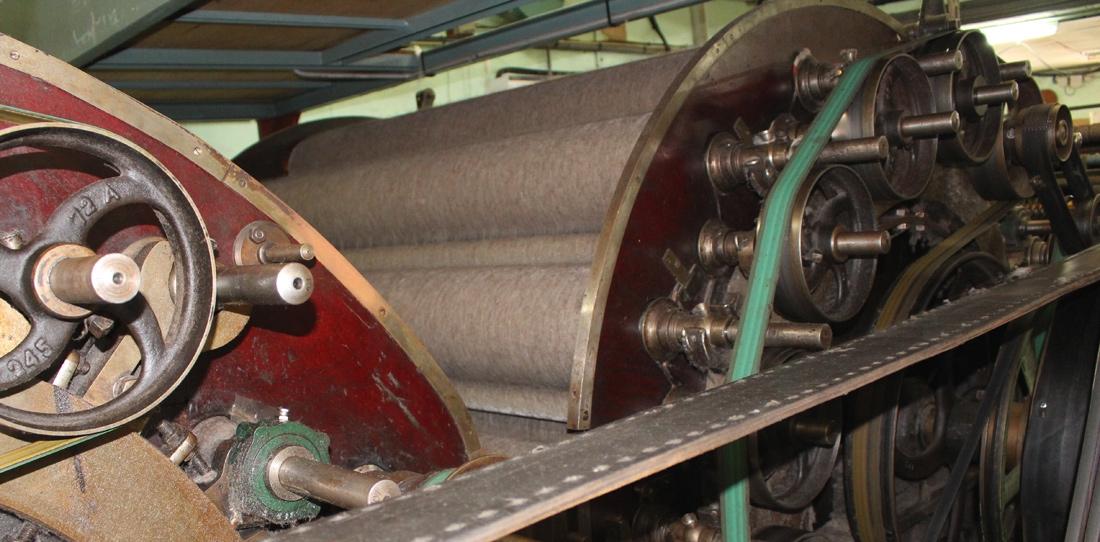 Les nappes de laine étirées sur la cardeuse