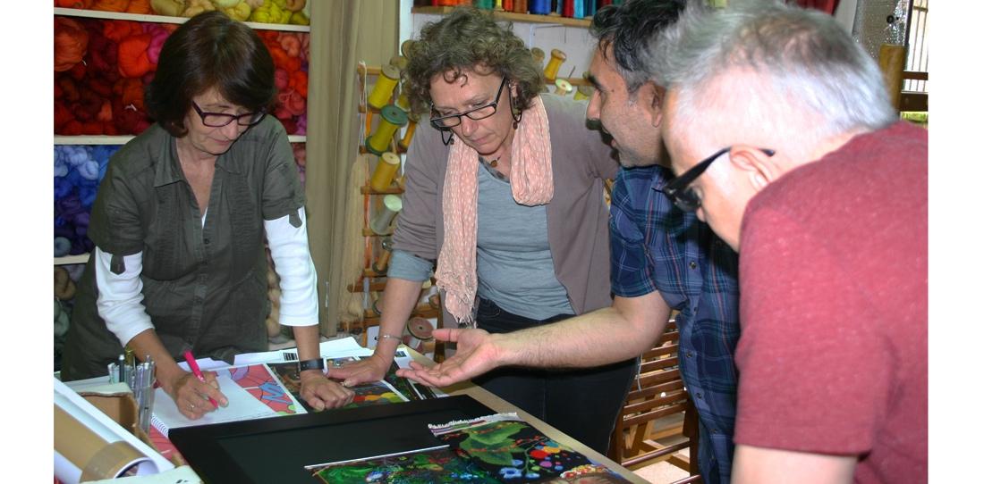 A l'Atelier A2 (Aubusson), séance de travail autour de l'interprétation tissée de l'œuvre du duo d'artistes Chiachio et Giannone.