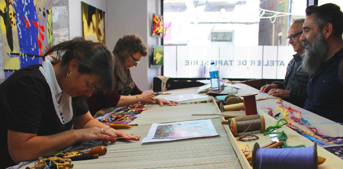 Les artistes Leo Chiachio et Daniel Giannone découvrent le tissage en cours de leur œuvre
