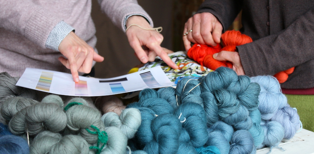Tapis-Porte : choix des laines suivant le nuancier proposé par les artistes