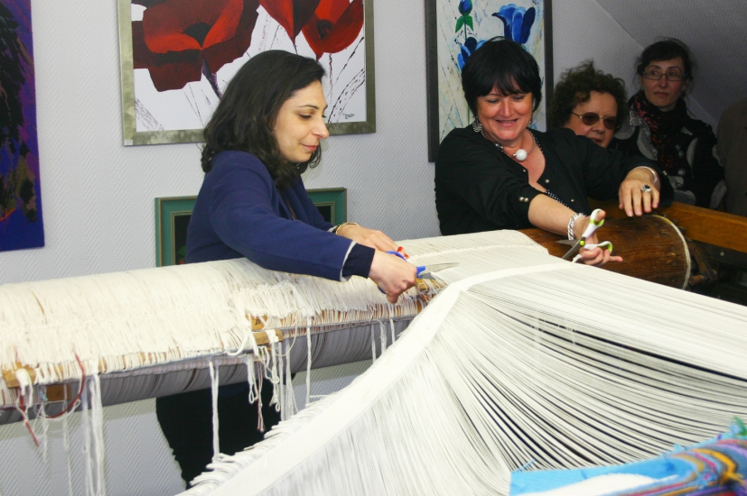 Bina Baitel and the weaver Françoise Vernaudon cut off the last threads to free the tapestry of the loom (may 2014)